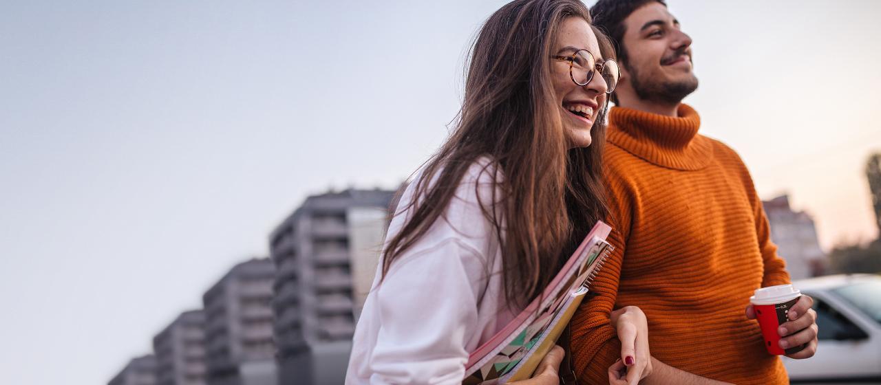 Junge Leute: Schüler - Zwei Kinder beim Spielen auf dem Schulhof - Sparkasse Hannover