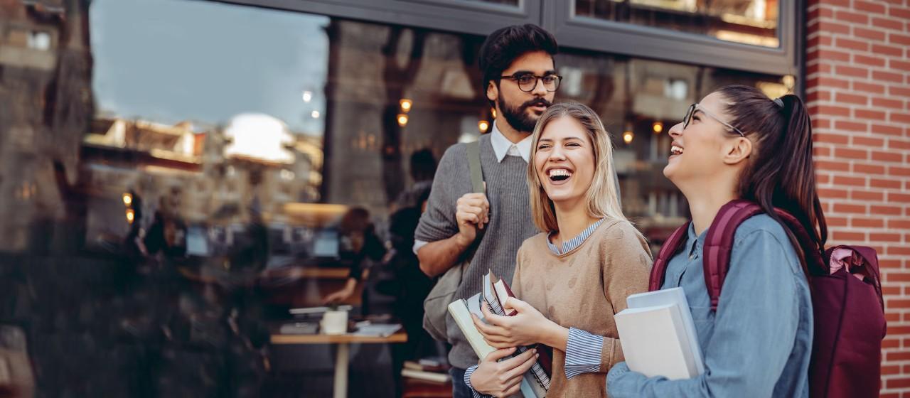 Junge Leute: Studenten - Junge Menschen im Treppenhaus | Sparkasse Hannover