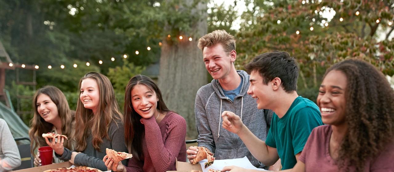Eine Gruppe Teenager sitzt beisammen und lacht herzhaft   Sparkasse Hannover